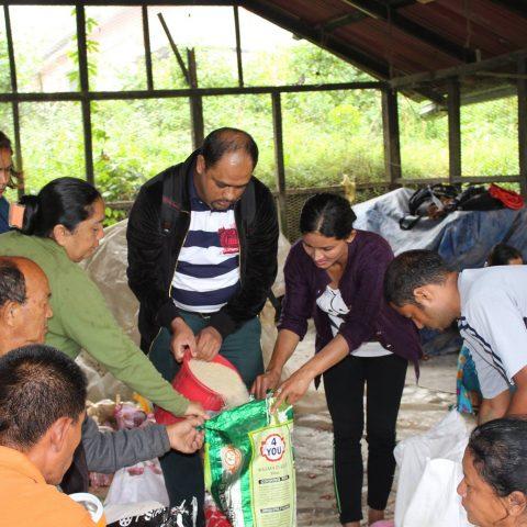 Pachete cu alimente pentru familiile aflate în dificultate